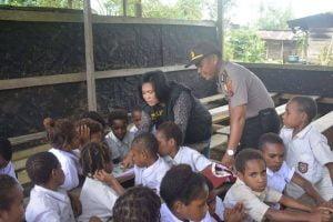 Peduli Pendidikan Papua: Terapkan Program Polisi Pi Anjar Tuk 'Jadi' Guru TK/SD 114