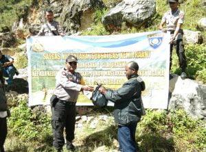 Polres Paniai Berikan Bantuan Sarkon Pada Warga Kampung Awabua 101