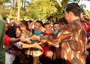 Blusukan Ke Pasar Gede Klaten, Presiden Disambut Antusias Warga 101