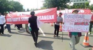Aksi massa KPAK tuntun Budi Karya Sumadi