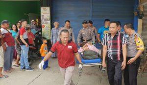 """Ditemukan Sakit, Kakek """"Sebatangkara"""" Dievakuasi Polisi ke RSUD Bojonegoro 114"""