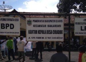 Dapat Raport Merah, Kantor Kades Cibadak Digeruduk Massa 113
