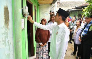 Presiden Tinjau Sambungan Listrik Gratis Untuk Warga Miskin di Bekasi 113