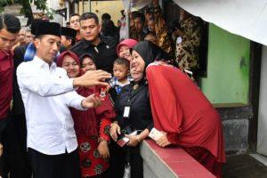 Presiden Tinjau Sambungan Listrik Gratis Untuk Warga Miskin di Bekasi 114