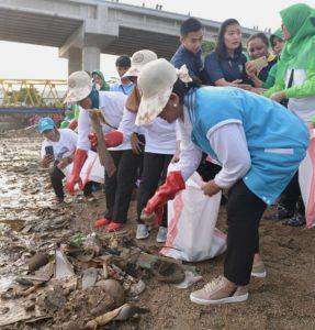 Peringati HPSN, Ibu Negara Ajak Bersih-Bersih Pantai 114