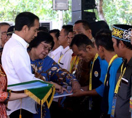 Presiden Jokowi Bagikan TORA Pertama di Kalimantan 2