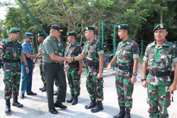 Danrem 091/ASN Kunjungi Prajurit Satgas Pamtas Yonif Raider 303/SSM Kostrad Di Perbatasan RI-Malaysia 111