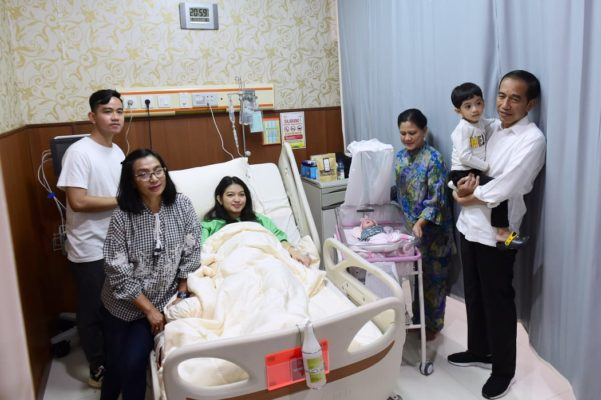 Presiden Joko Widodo Jenguk Cucu Ketiganya 113