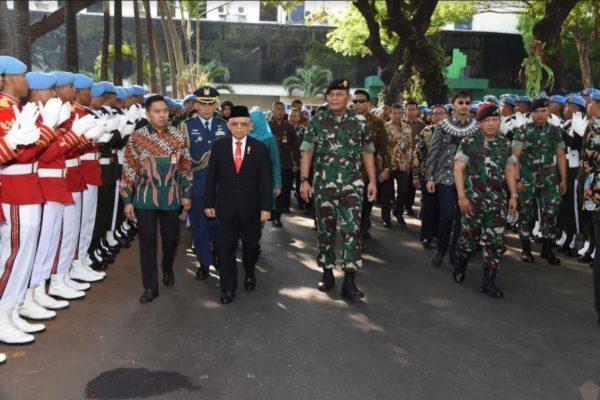 Kasum TNI Sambut Kedatangan Wapres RI di Mako Paspampres 113