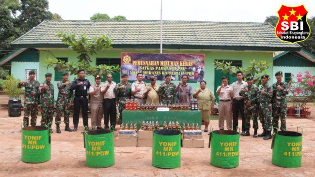 Sebanyak 1.236 Botol Miras Ilegal di Musnahkan Satgas Yonif MR 411/PDW Kostrad 113