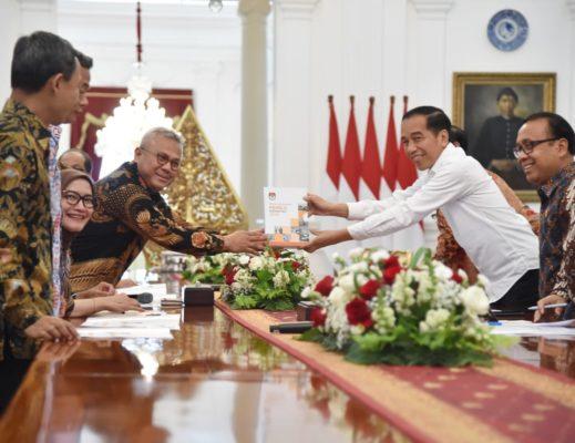 Presiden Jokowi Terima Pimpinan KPU di Istana Merdeka 113