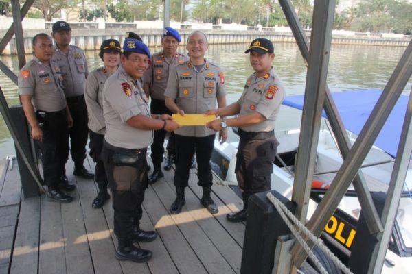 Kapolres Menyerahkan Dukungan Kapal Patroli Kepada Kapolsek Kepulauan Seribu Selatan 112