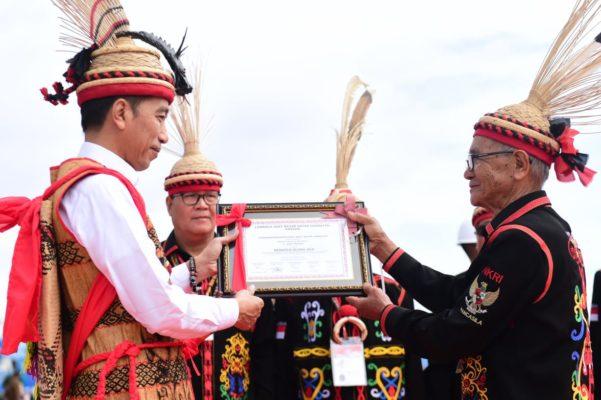 Presiden Jokowi Dianugerahi Gelar Adat Dayak Lundayeh, Jadi Tambah Motivasi Bangun Perbatasan 113