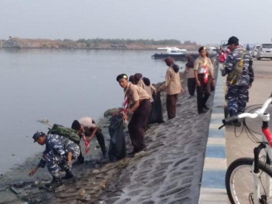 Para Pelajar Pramuka Saka Bahari Bersama Anggota Pangkalan TNI AL (Lanal) Cirebon Membersihkan Sampah dan Kotoran di Sekitar Pelabuhan 114
