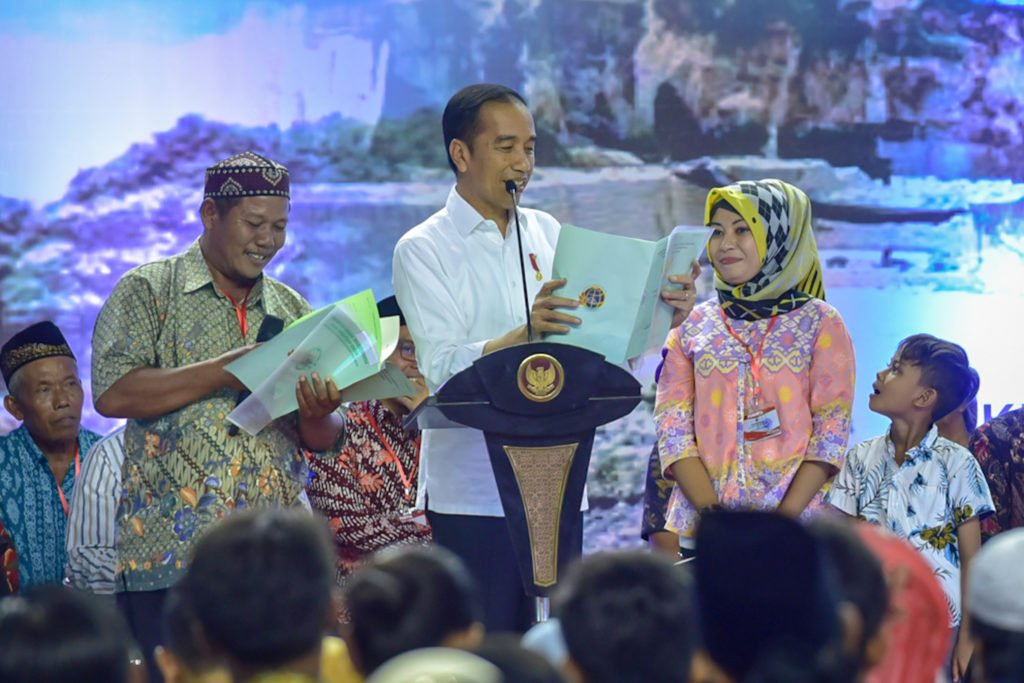 Presiden Jokowi Serahkan 2020 Sertifikat di Gresik 113