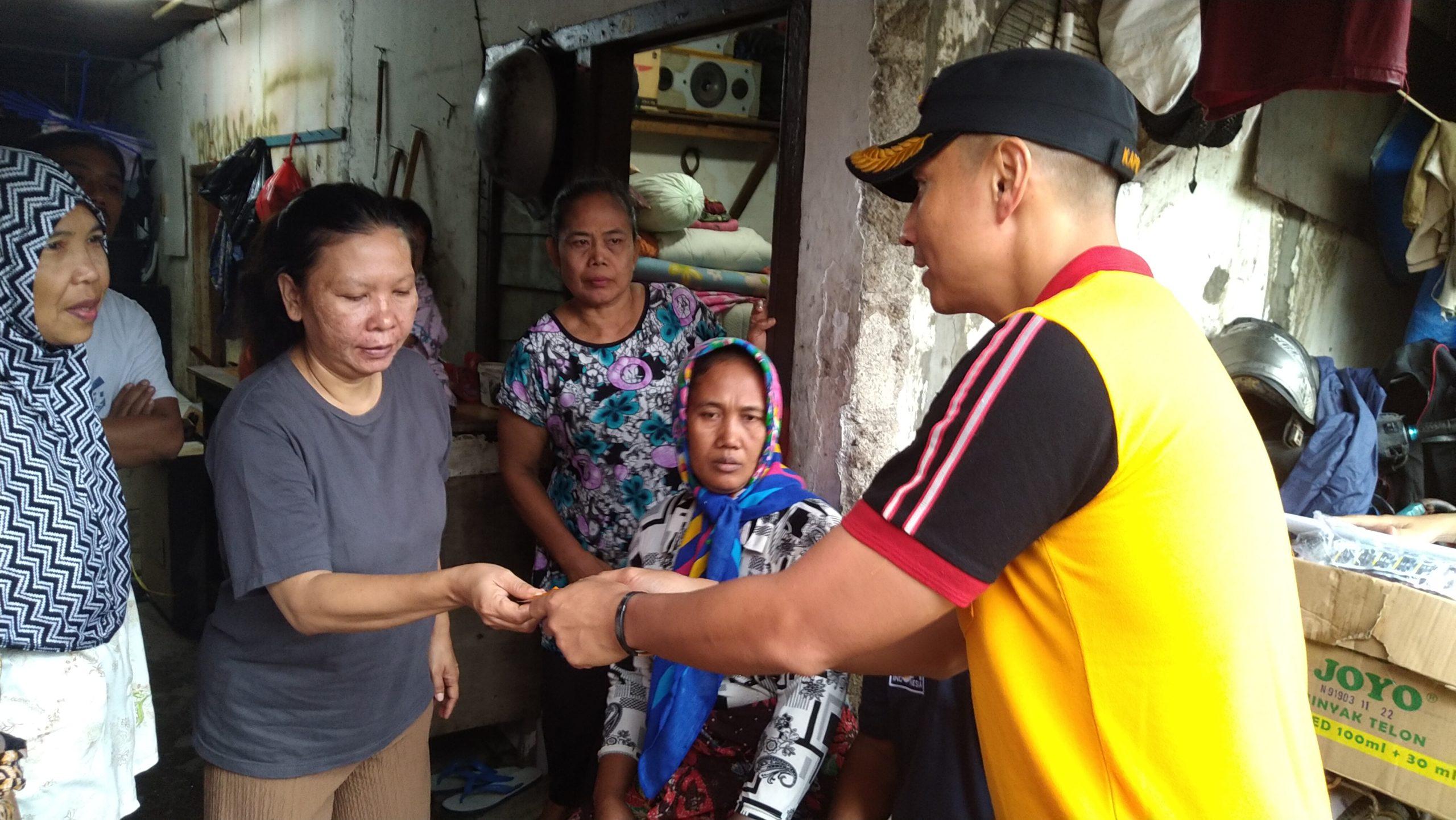 Bentuk kepedulian Kapolsek Kelapa Gading Dengan Memberikan Obat-obatan dan Vitamin untuk korban Banjir 109