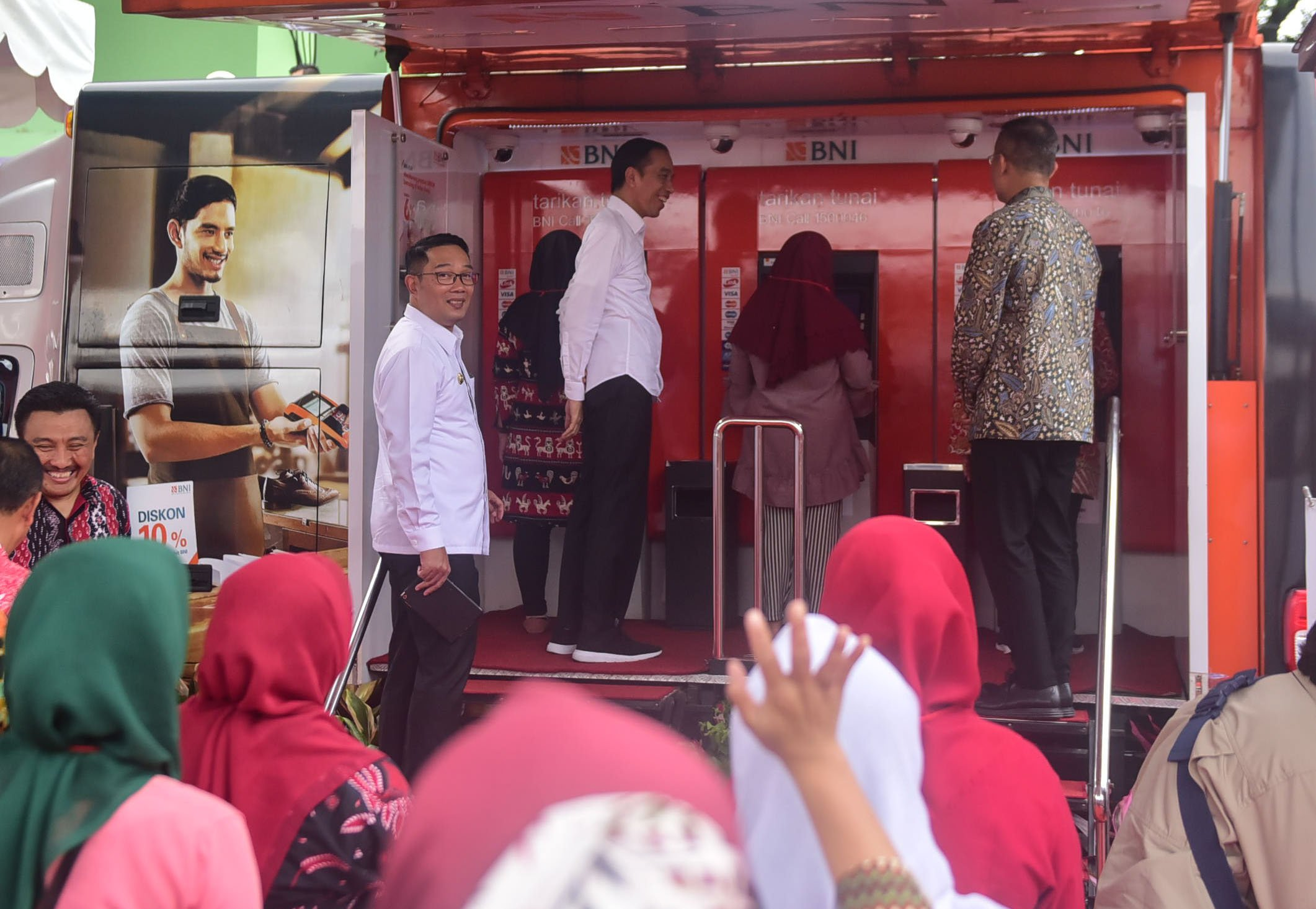 Serahkan PKH di Cimahi, Presiden Janji Akan Dampingi Mekaar hingga Ingatkan Gizi Anak Diperhatikan 114