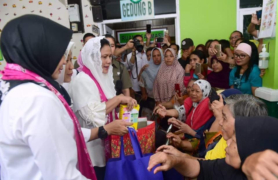 Ibu Negara Tinjau Langsung Warga Terdampak Banjir di Tangerang 113