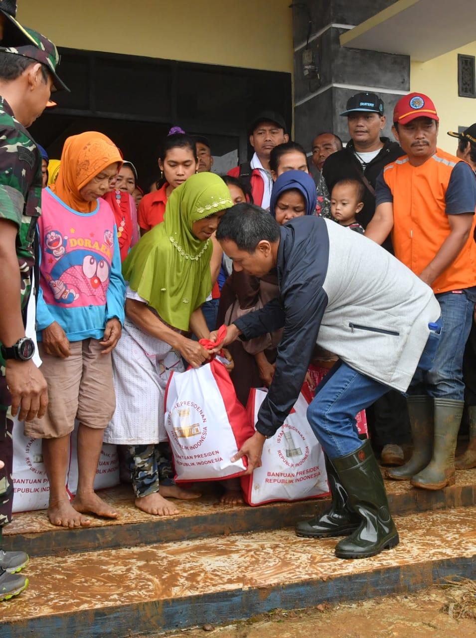 Kasetpres Serahkan 6.000 Paket Bantuan Presiden untuk Warga Terdampak Bencana di Sukajaya 112