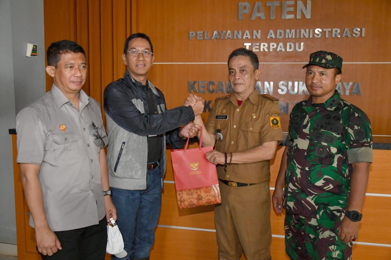Kasetpres Serahkan 6.000 Paket Bantuan Presiden untuk Warga Terdampak Bencana di Sukajaya 111