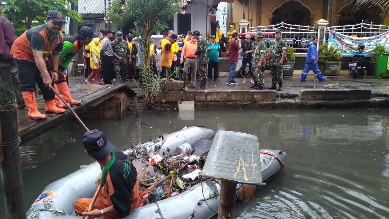 Walikota Jakarta Utara Manfaatkan Hujan Deras untuk Kerja Bakti Massal 114