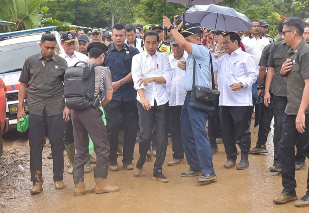 Saat Presiden Jokowi Kenakan Jas Hujan Pemberian Warga di Sukajaya, Bogor 114
