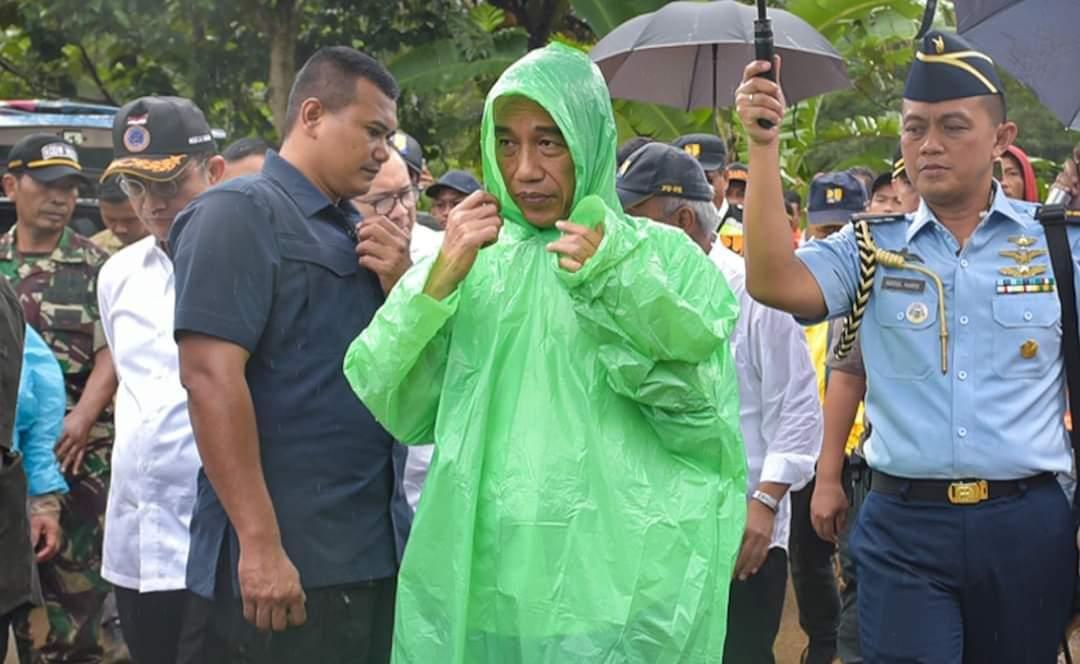 Saat Presiden Jokowi Kenakan Jas Hujan Pemberian Warga di Sukajaya, Bogor 113