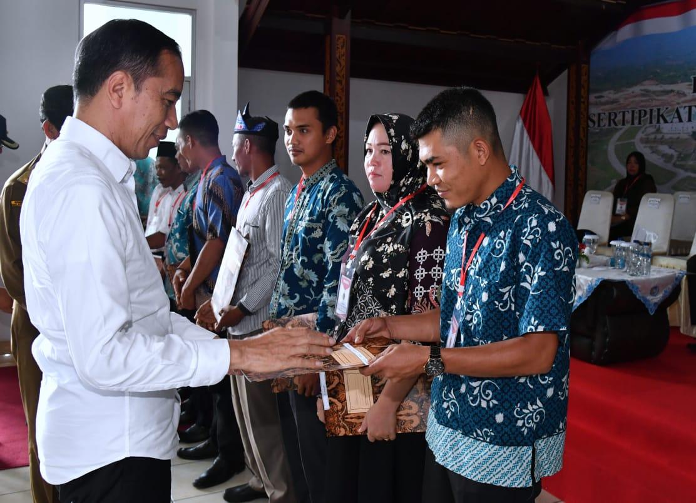 Serahkan Sertifikat Tanah di Natuna, Presiden : Simbol Natuna Adalah Indonesia 101