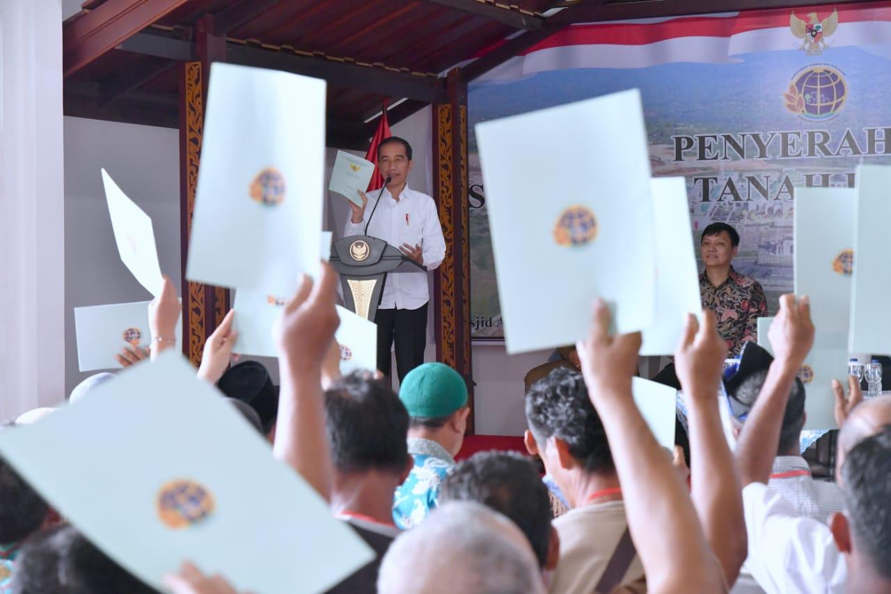 Serahkan Sertifikat Tanah di Natuna, Presiden : Simbol Natuna Adalah Indonesia 102