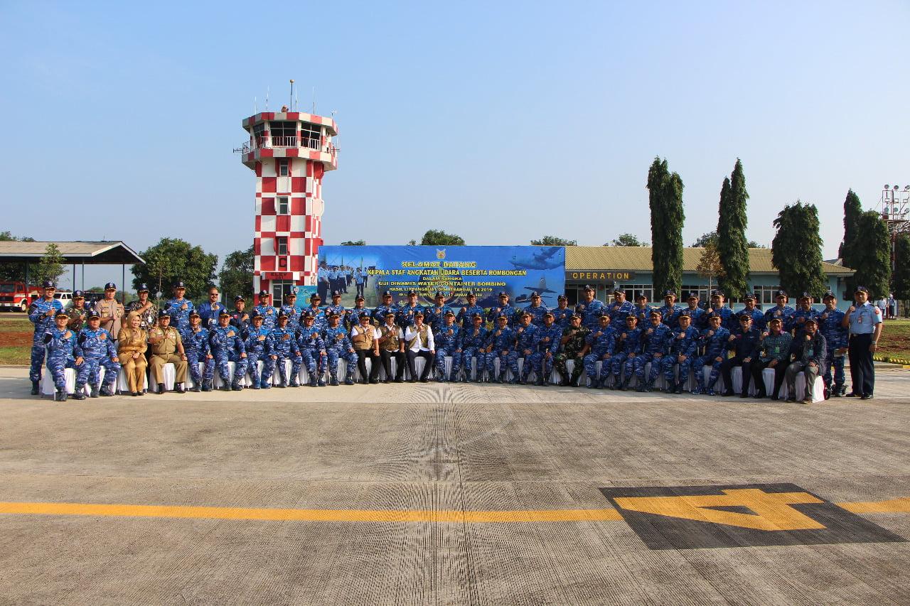 Kasau bersama Kepala BNPB dan para Pejabat TNI saat menyaksikan Uji Dinamis Water Container Bombing di Lanud Suryadarma 114