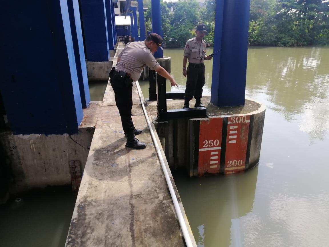 Cek Pintu Air dan Pompa Air ,Polsek Pademangan Siaga Banjir 113