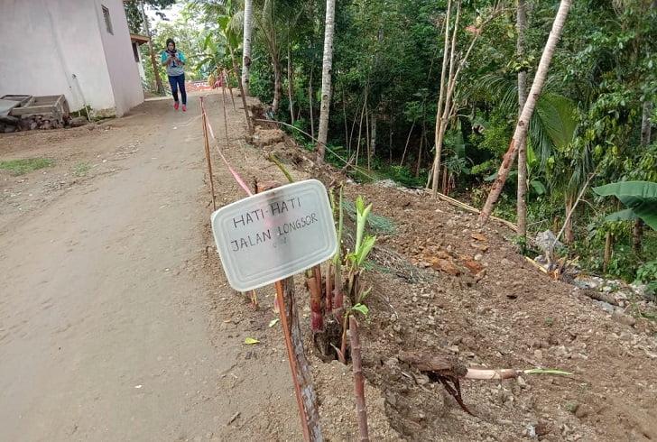 Baru Dibangun, Tanggul Penahan Tanah Desa Banjaranyar Ambrol 113