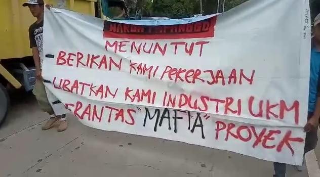 Warga 'Papanggo' Demo Jakpro 103
