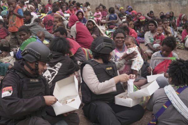 Takut Dengan Kekejaman KKB, Masyarakat di Pedalaman Pegunungan Timika Mengungsi Ke Polsek Tembagapura 101