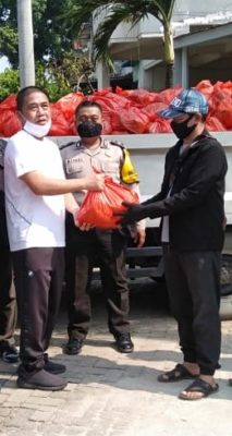 Warga RW 12 Papanggo Bantu 700 Paket Sembako di Kampung Bayam 102