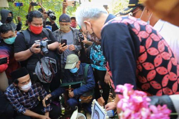 Gubernur Jawa Tengah Ganjar Pranowo Antar Didi Kempot ke Peristirahatan Terakhir 114