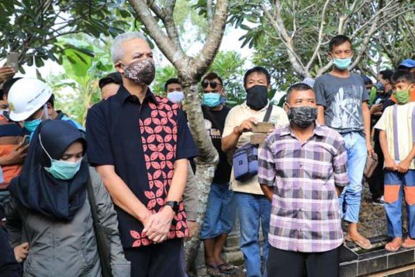 Gubernur Jawa Tengah Ganjar Pranowo Antar Didi Kempot ke Peristirahatan Terakhir 113