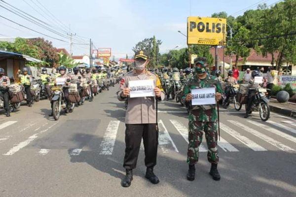 TNI-POLRI Salurkan Bantuan Sembako Pada Masyarakat Kabupaten Kuningan 101