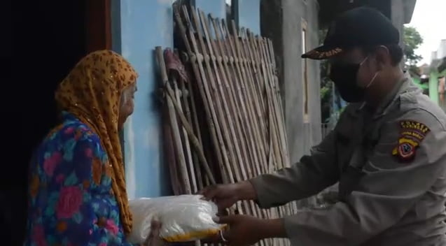 TNI-POLRI Salurkan Bantuan Sembako Pada Masyarakat Kabupaten Kuningan 102