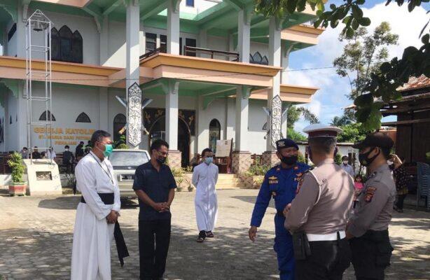 Ciptakan Rasa Aman, Polres Penajam Rutin Berikan Pengamanan Gereja 113