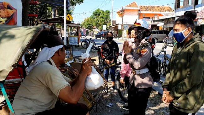 Gandeng Pelajar Papua, Polwan Polres Grobogan Salurkan Bantuan Sembako 101
