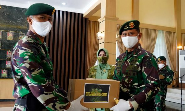Panglima Divisi Infanteri 2 Kostrad Mayjen TNI Tri Yuniarto, S.A.P., M.Si., M.Tr (Han) Bagikan Paket Sembako 113