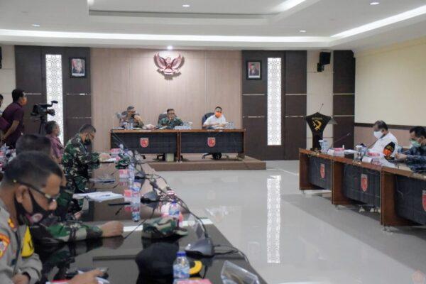 Kodam XVI/Pattimura bersama Pemerintah Provinsi Melakukan Pertemuan Rapat Evaluasi pelaksaan PSBB Kota Ambon 113