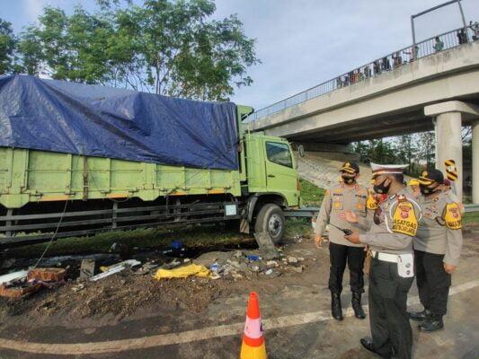Kapolres Majalengka Polda Jabar Cek Kondisi Kecelakaan Bus Tabrak Truk Tronton Di Tol Cipali KM 150,700 113