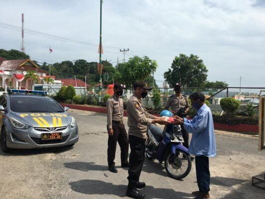 Ops Aman Nusa II, Polres Tanjungpinang Bagikan Makanan Gratis kepada Masyarakat 113