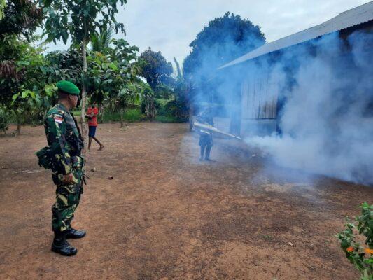 Peduli Kesehatan Warga, Prajurit Satgas Yonif 125/SMB Lakukan Fogging di Kampung Erambu 113