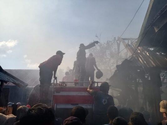 Personil Kodim 1608/Bima Bantu Padamkan Sisa Puing Kebakaran di Samili 113