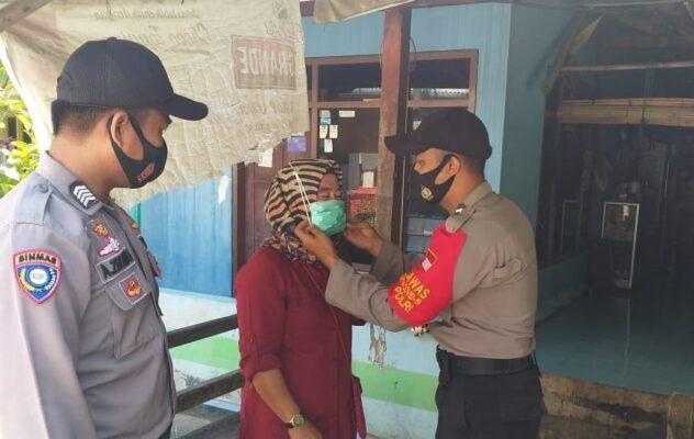 Pastikan Warga Gunakan Masker, Bhabinkamtibmas dan Polsubsektor Pulau Lancang Keliling Kampung 113