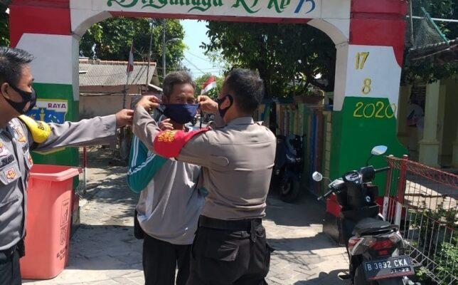 Pastikan Warga Gunakan Masker, Bhabinkamtibmas dan Polsubsektor Pulau Lancang Keliling Kampung 114