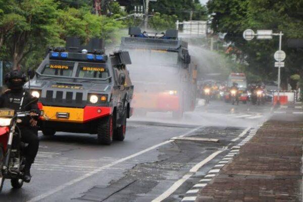 Cegah Penyebaran Covid-19, Brimob Polda Metro Jaya Semprot Disinfektan di Jalur Protokol 113